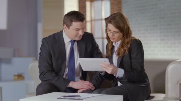 Woman sales manager convincing client businessman to buy product — Vidéo