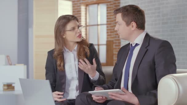 Male and female business partners completing deal, shaking hands — Vídeo de stock
