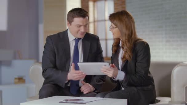 Amigos de socios de negocios disfrutan de compañía en reunión, slowmotion — Vídeo de stock