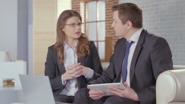 Man and woman business partners come to agreement, shake hands — Vidéo