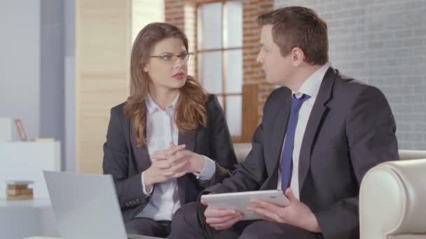 Hombre y mujer socios llegar a acuerdo, se dan la mano — Vídeo de stock