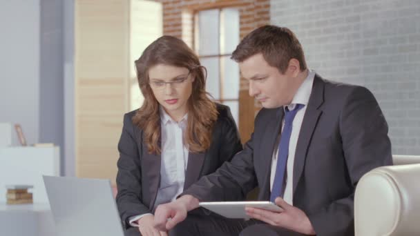 Male and female business partners come to agreement, shake hands — Vidéo
