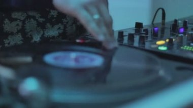 Deejay hand scratching, spinning platter, playing, mixing melody — Stockvideo
