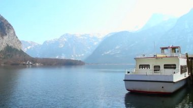 Ferry for tourist transportation, small ship at mountain lake — Stock Video