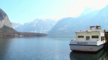 Hallstatt ferry for tourist transportation across mountain lake — Stock Video