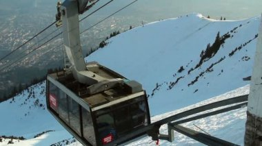 Modern cable car arriving at top of skiing run, mountain resort — Video Stock