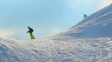 Man skiing in snowy mountains, riding down slope, extreme sports — Stock Video