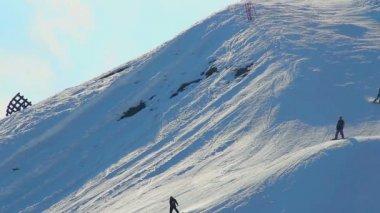 Guys riding snowboards at worldwide known Alpine mountain resort — Stock Video