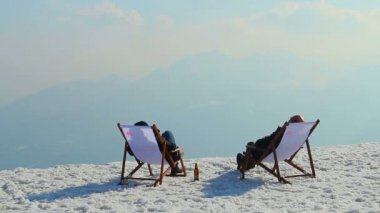 Two men relaxing with beer in mountains, rest at luxury resort — Vidéo