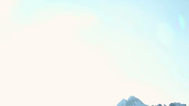 Sun shining brightly in snowy mountains, glacier on top of Alps — Vídeo de stock