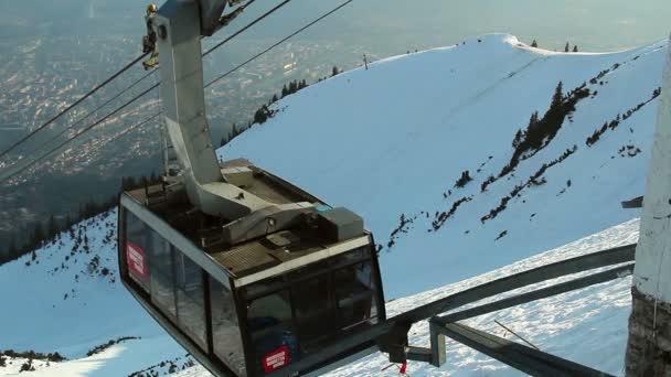 Modern cable car arriving at top of skiing run, mountain resort — Vídeo de stock