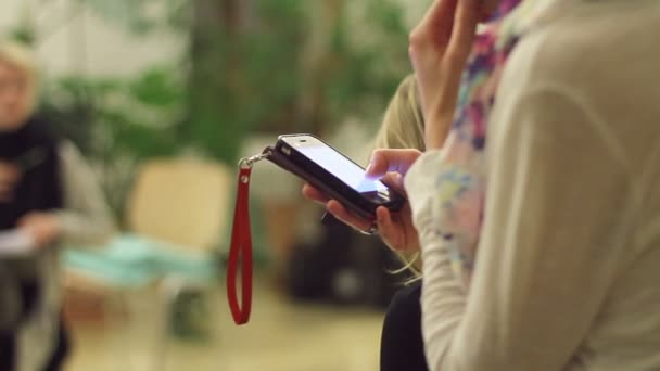 Female hands sliding touch screen, browsing sites on smartphone — Vídeo de stock