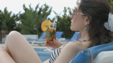 Sexy woman drinking fresh cocktail near swimming pool, vacation — Stock Video