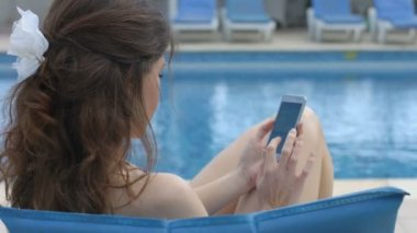 Young beautiful woman texting on smartphone, summer vacation — Stock Video