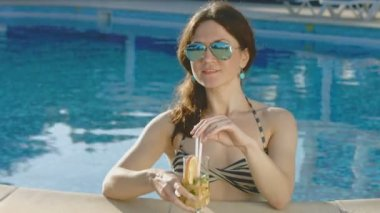 Attractive female drinking cocktail, relaxing in pool. Vacation — Stock Video