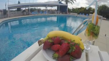 Fruit and drinks on table by the pool. Party at resort, hotel — Stock Video