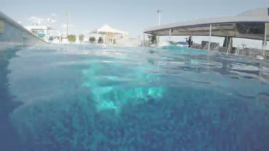 Young man swimming underwater, having fun in pool on vacation — Stock Video