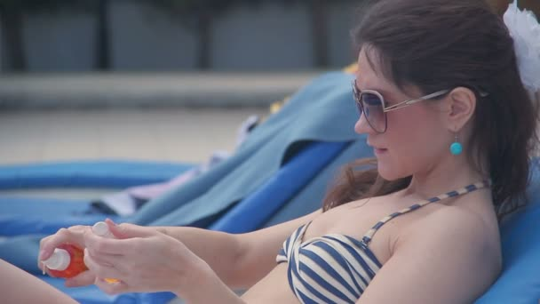 Pretty woman applying sunscreen to protect skin from ultraviolet — Vídeo de stock