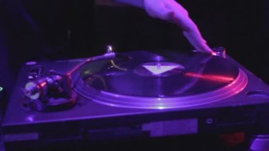 Close-up of male DJ hand scratching vinyl record on sound deck — Stock Video