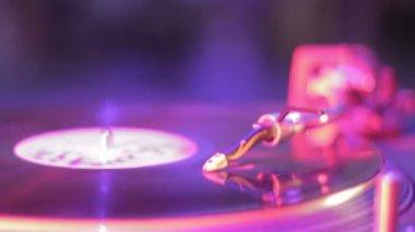 Vinyl record rotating on sound deck, light flashing in nightclub — Stock Video