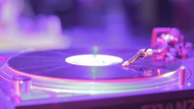 Vinyl record turning on DJ sound equipment, soundtrack playing — Stock Video