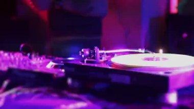 Vinyl record rotating on turntable, DJ at work, strobe light — Stock Video