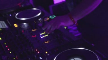 Male disk jockey switching controls, pressing buttons, turntable — Stock Video