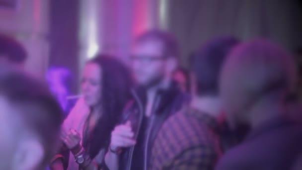 Muchos jóvenes fumar cigarrillos en el club, mal hábito dañino — Vídeo de stock