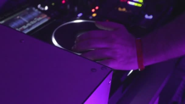Closeup of male deejay hands controlling sound, playing music — Vídeo de stock