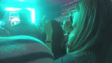 Happy young woman in crowd of pop music fans applauding, enjoying performance — Stock Video