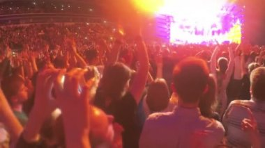 Pop star fans applauding to music idol on stage. Guy filming video on smartphone — Stock Video
