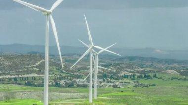 Wind farm in rural area. Wind turbines in green field rotating under stormy sky — Stock Video