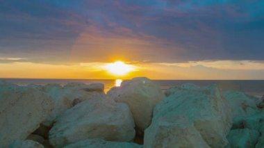 Timelapse of fantastic sunrise over sea. White stones on coast. Luxury resort — Stock Video