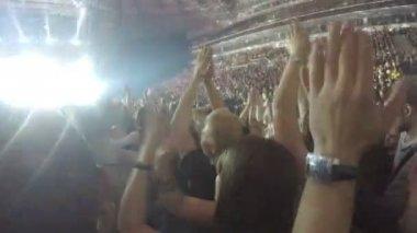 Tisíce mladých lidi tleskají po představení oblíbená kapela, zpěvák, hudebník — Stock video