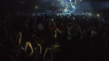 Minsk, Belarus - April 15, 2015. Robbie Williams concert at Minsk Arena. People with gadgets film Robbie Williams show. Singer dancing, walking on stage — Stock Video