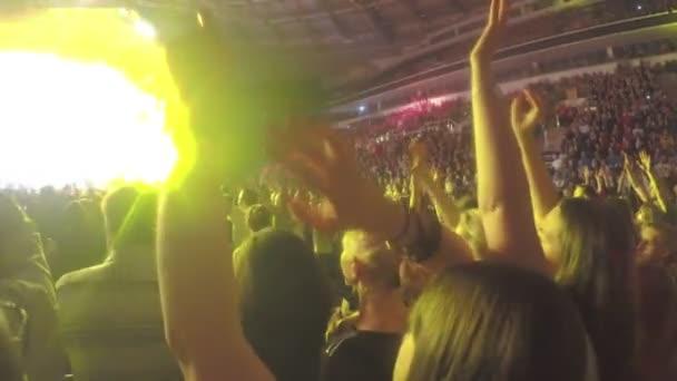 Reunión de adolescentes bailando cancion en concierto, celebrando el día de la ciudad — Vídeo de stock