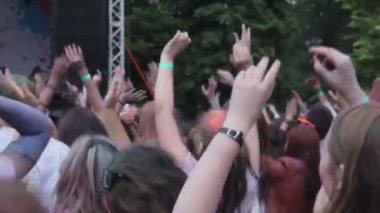 Crowd of young people dancing wildly, jumping to music, enjoying show on stage — Stock Video