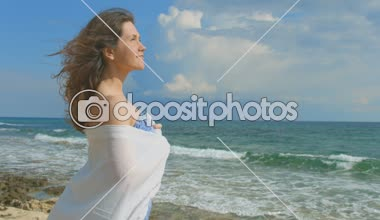 Pretty woman dreaming on the beach, beautiful ocean waves coming ashore, nature — Stock Video