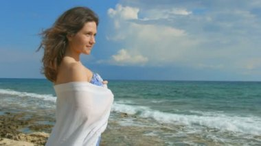 Flirty mysterious woman standing alone on seashore, enjoying beautiful sea view — Stock Video