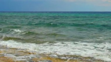 Beautiful calm seascape, blue sea waves splashing, loopable shot for meditation — Stock Video
