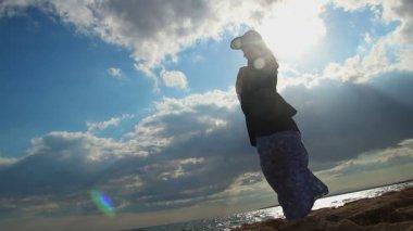 関係が壊れて、日光の海岸に立っている孤独な女性のシルエット — ストックビデオ