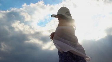 Giovane donna sul pensiero alto tetto di suicidio, depressione, disperazione, disperazione — Video Stock
