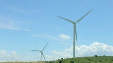 Wind turbines rotate, amazing blue sky background, alternative energy innovation — Stock Video