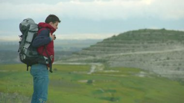 Guy taking off heavy rucksack, breathing fresh air, enjoying amazing landscape — Stock Video