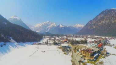 Time lapse of small Alpine resort town at lakeside, huge mountains, snowy peaks — Stock Video