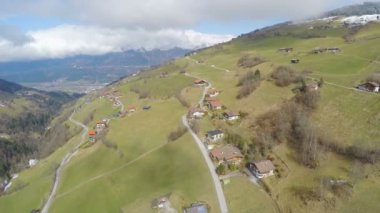 Aerial view, nice cottages on picturesque mountain slope, downshifting, tourism — Stock Video