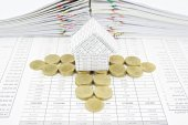 Steps of gold coins around house — Foto Stock