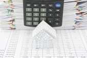 House in front of calculator — Stock Photo