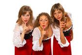 Tre flickor med fingrar på läppar — Stockfoto
