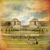 The fountains of the Trocadero in front of the Palais de Chaillo — Stock Photo